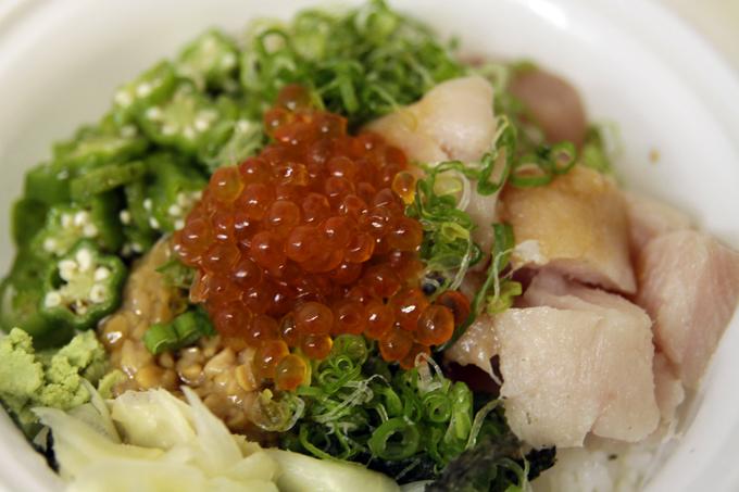 ランチに頂いたバンクーバーの超人気寿司店「ZERO ONE」のまぐろオクラ納豆(いくらトッピング☆)。激ウマです。Kazuさんありがとうございます。