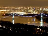 ウエストバンクーバーから見るバンクーバーダウンタウンの夜景の写真