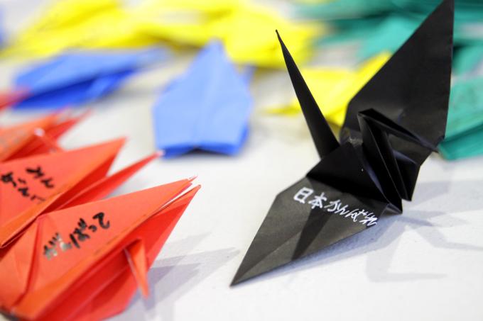 「メッセージが綴られた鶴」