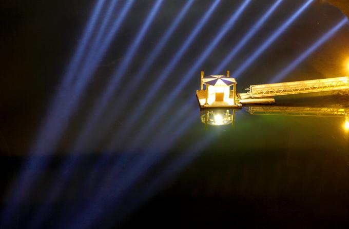 「ボート乗り場と水面に映る光」