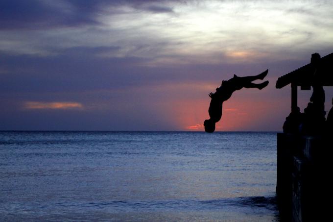 海へド派でに飛び込むロコの若者。