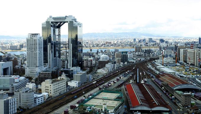 左に見える建物が空中庭園。