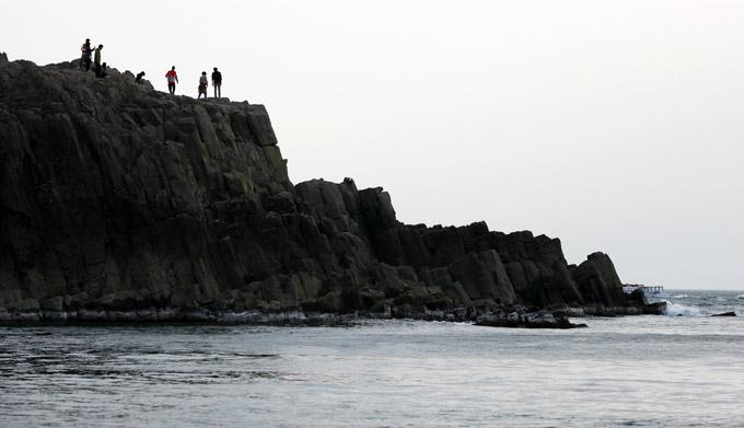 もし日本海が大荒れだったらこの写真の人がいる所ぐらいが限界でしょうか。